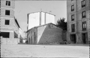 Foto tomada de Vitoria-Gasteiz, el pasado presente Que cita como fuente a Vitoria-Gasteiz, calle Barrancal. Autor: Santiago Arina y Albizu, 16 de agosto de 1957. ©ArchivoMunicipalVitoriaGasteiz