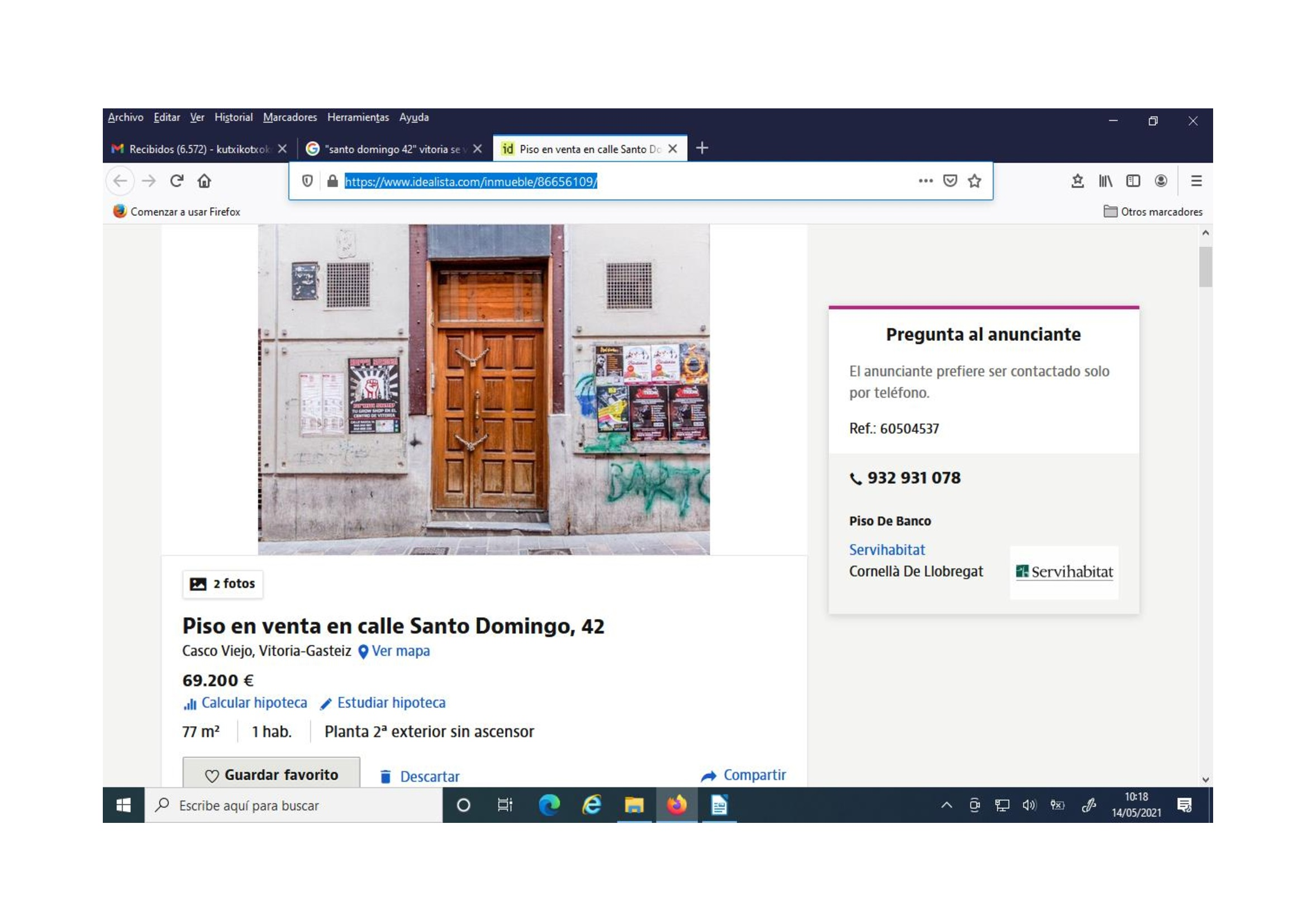 (Muestra de una vivienda de un edificio en la calle Santo Domingo, desalojada por riesgo de ruina -se aprecian las cadenas en la puerta- y ofertada en una inmobiliaria, que no dice nada al respecto, por 69.200 euros. Su dueño, una entidad bancaria).